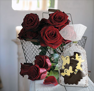 "10 schwarze Rosen ""Black Baccara®"" mit Halloween-Keksen"