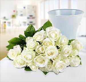 20 weiße Rosen mit blauer Vase