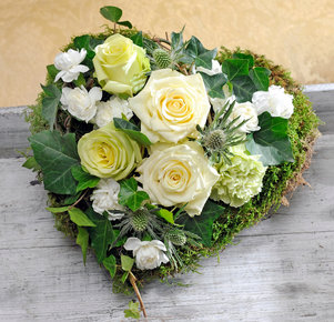 Grabgesteck in Herzform mit weißen Rosen