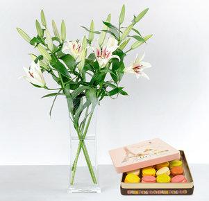 5 weiße Lilien mit Feinen Macarons, 150 g
