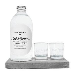 Our/Berlin Vodka mit Gläsern auf Betontablett
