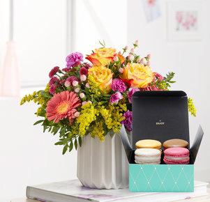 Blumenstrauß Spiel der Farben M mit Macarons in Gelb, Pink und Lila