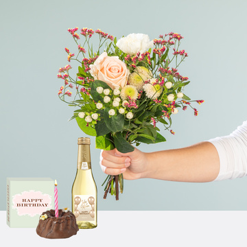 Valentina mit Geburtstagsküchlein mit Kerze und Jules Mumm Happy Birthday