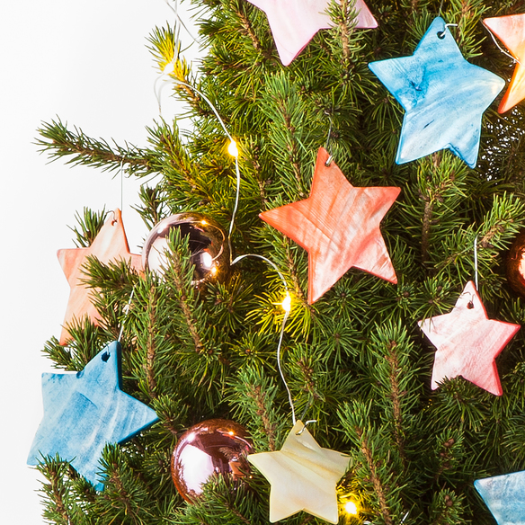 Weihnachtsbaum Rockefeller Tree mit Schmuck-Set im Übertopf