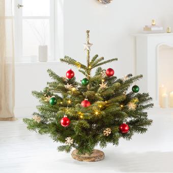 Weihnachtsbaum mit Schmuck und LED-Lichterkette