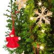 Weihnachtsbaum mit Schmuck im Übertopf