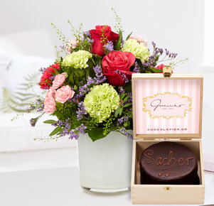 Blumenstrauß Schön, dass es Dich gibt mit Mini Sachertorte in Pink, Creme und Lila