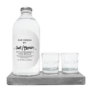 Vodka Our/Berlin mit Gläsern auf Betontablett