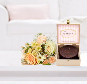 Blumenstrauß Kleines Glück mit Mini Sachertorte in Weiss, Rosa, Creme und Apricot